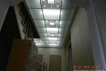 Потолок матовый с зеркальным декором и вставками