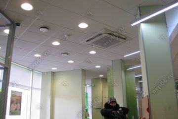 Потолок Армстронг Ритейл на белой подвесной системе со встроенными круглыми светодиодными панелями и встроенным кондиционером (1-4)