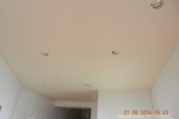 Реечный потолок розовый со светильниками