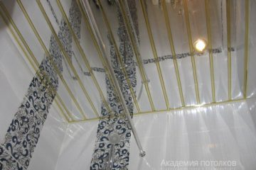 Зеркальный реечный потолок с золотыми вставками