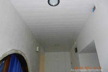 Реечный потолок в прихожей, белый