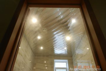Реечный потолок со светильниками, хром