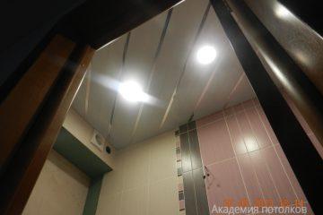 Реечный потолок в туалете, белый с золотыми вставками