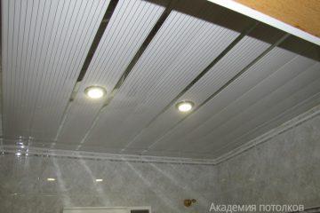 Белый реечный потолок с серыми полосками и золотыми вставками