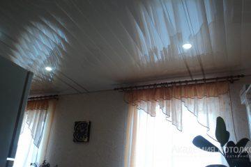 Белый реечный потолок на кухне с хромированными вставками