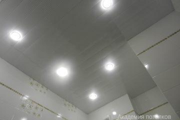 Белый реечный потолок с тонкими серыми полосами и светильниками