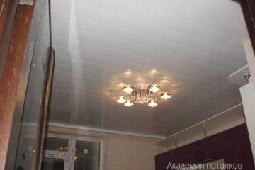 Белый реечный потолок на кухне