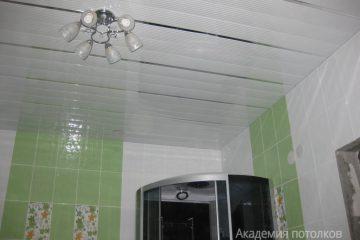 Белый реечный потолок с серебристыми линиями и хромированными вставками