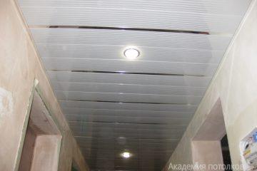 Реечный потолок с серебристыми линиями и золотыми вставками