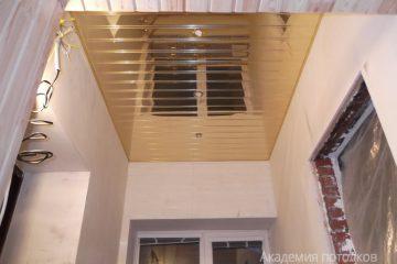Золотой зеркальный реечный потолок