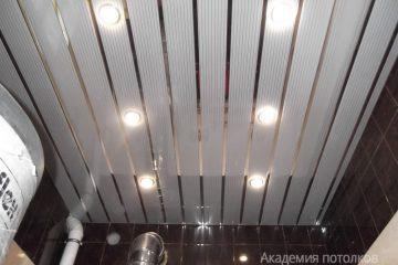 Белый с серыми линиями реечный потолок с хромированными вставками в ванной