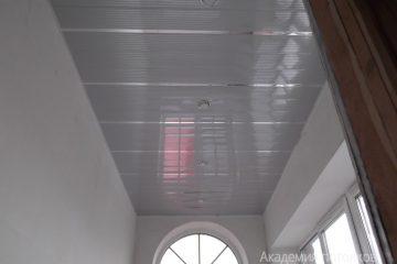 Реечный потолок, белый с серыми линиями и хромированными вставками на балконе
