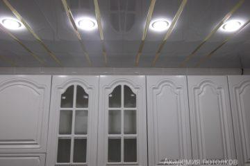 Реечный потолок белого цвета с серебристыми вставками на кухне