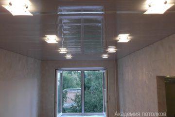 Белый реечный потолок со светильниками