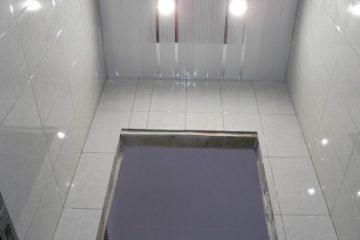 Потолок в туалете, реечный, белый с серыми линиями и серебристыми вставками