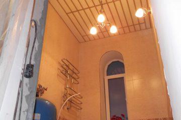 Кремовый реечный потолок с золотыми вставками в ванной