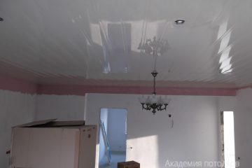 Белый реечный потолок с люстрой в гостиной