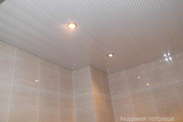 Реечный потолок белого цвета с серыми линиями и встроенными светильниками