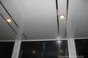 Реечный потолок на балконе, белый с серыми линиями и хромированными вставками