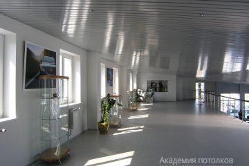 Реечный потолок с хромированными вставками в большом холле