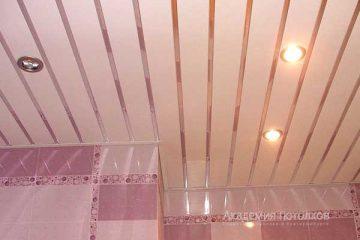 Реечный потолок белого цвета с серебряными вставками