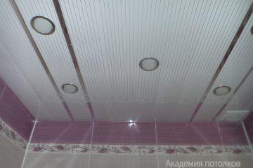Реечный потолок, белый с серыми линиями и хромированными вставками