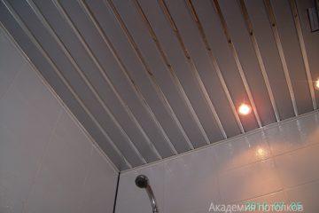 Серебристый реечный потолок с хромированными вставками