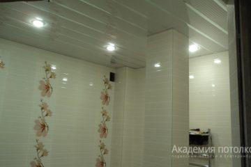 Реечный потолок, белый со светильниками и хромированной вставкой