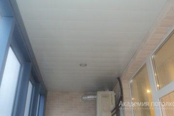 Белый реечный потолок со светильниками на балконе