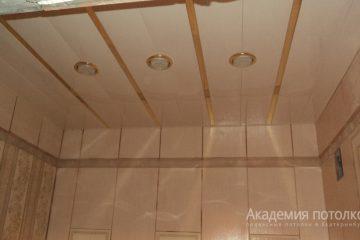 Реечный потолок в ванной, белый с золотыми вставками и светильниками