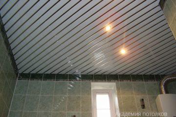 Белый реечный потолок с серебристыми вставками и светильниками