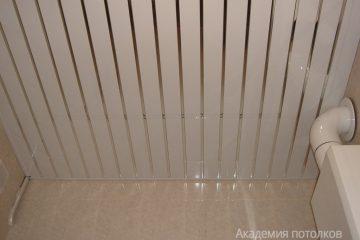 Реечный потолок белого цвета с хромированными вставками
