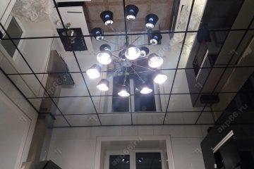 Зеркальный потолок на кухне с черной подвесной системой