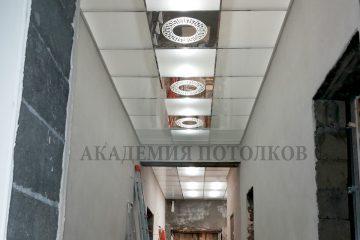 Матовый потолок с зеркальными вставками и круглым декорированным рисунком