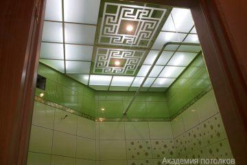 Матовый потолок с зеркальным декорированным рисунком в ванной