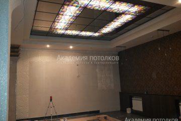Потолок матовый с зеркальными вставками, декором и подсветкой