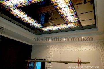 """Зеркальный потолок с фотопечатью """"Мыльные пузыри"""" в отеле."""