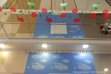 """Зеркальный потолок с цветным декором """"Розы"""" в спальне"""