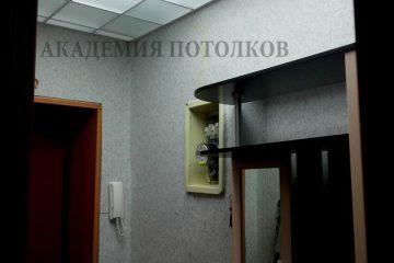 Матовый потолок с декором и белыми вставками в коридоре