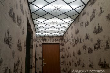 """Матовый потолок с декором """"Компас"""" и зеркальными вставками"""