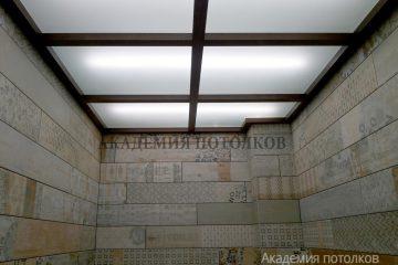 Потолок из белого матового стекла с коричневыми вставками и подсветкой
