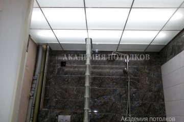 Потолок из матового стекла с подсветкой и серебристыми вставками