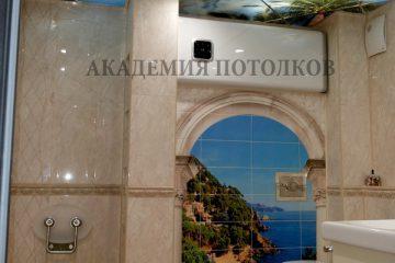 """Зеркальный потолок с фотопечатью """"Небо"""" в ванной."""