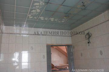 """Матово-зеркальный потолок с декором """"Лоза"""" в ванной"""