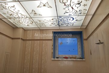 """Матовый потолок с декорированным цветочным узором и декором """"Бабочки"""""""
