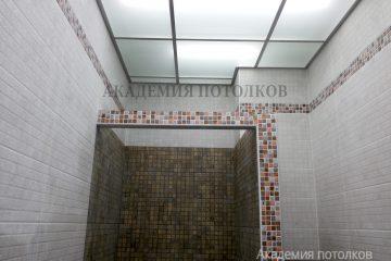 Потолок из матового стекла с хромированными вставками и подсветкой