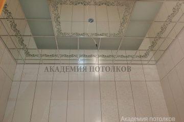 Зеркальный потолок с декором в ванной