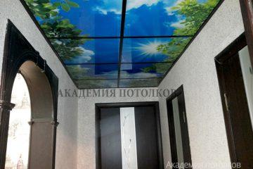 """Потолок с фотопечатью """"Небо"""" в коридоре."""