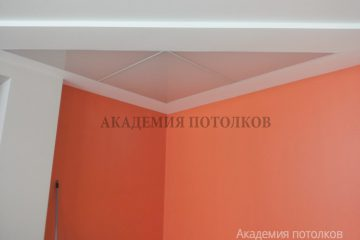 Комбинированный потолок с треугольными вставками из матового стекла и подсветкой