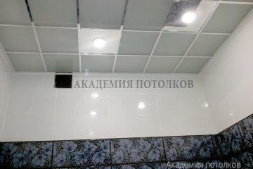 Потолок из матового стекла с хромированными вставками и светильниками